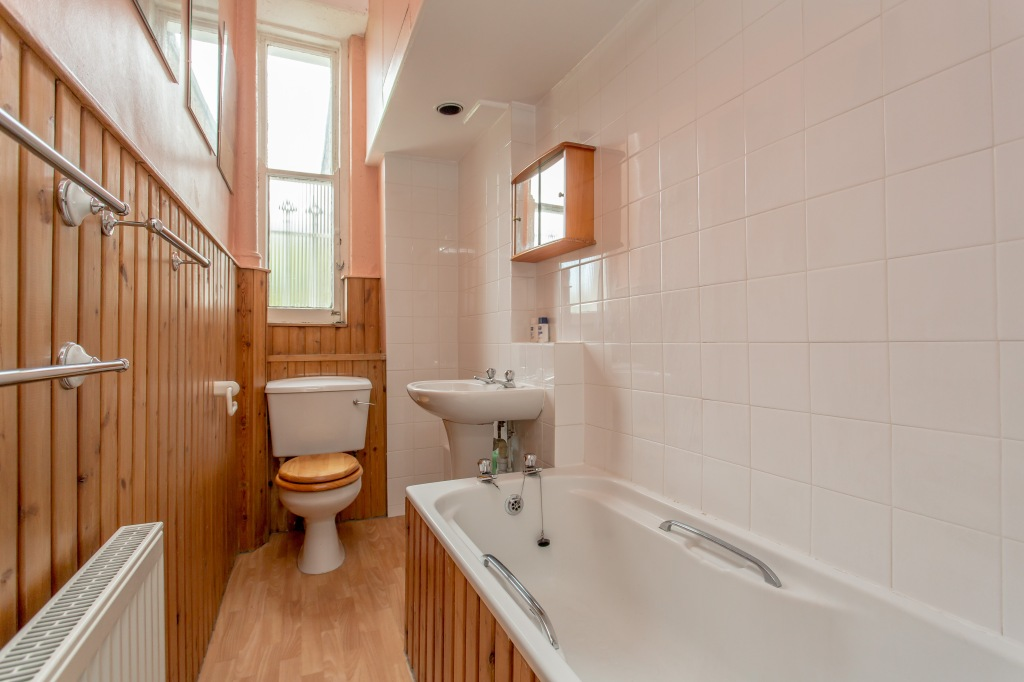 Liznylon_bathroom_before_pic_a_narrow_space_awkward_layout