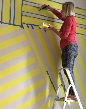 Liznylon_needs_a_ladder_to_paint_wall_mural