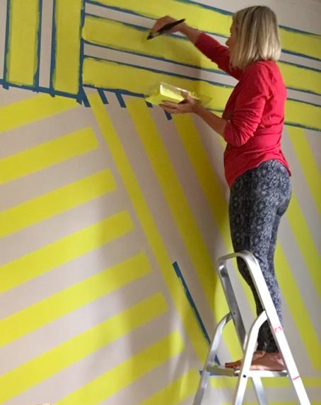 Liznylon_needs_a_ladder_to_paint_wall_mural