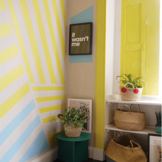 Liznylon_paints_window_frame_yellow