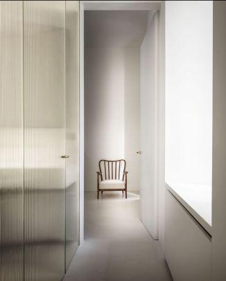 apartamento-mini-milan-quincoces-drago-reeded-glass-floor-to-ceiling-door