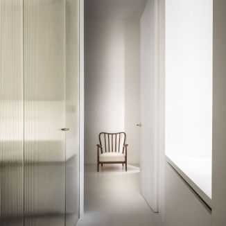 apartamento-mini-milan-quincoces-drago-reeded-glass-floor-to-ceiling-door