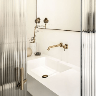 Luxury_bathroom_marble_brass_fluted_glass_by_Quincocesdrago_in_Milan