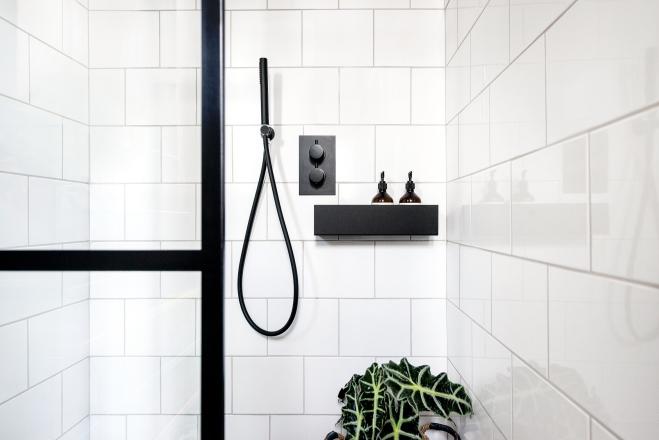 Liznylon_bathroom_black_shower_details_industrial_vibes_black_bath_shelf