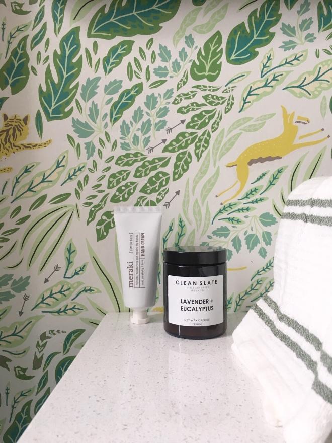 Liznylon_bathroom_jungalow_wallpaper_closeup