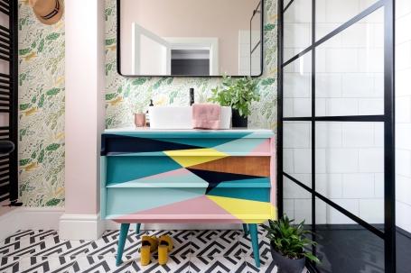 Liznylon_bathroom_pink_and_green_tropical_wallpaper_midcentury_vanity
