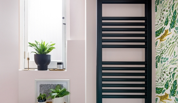 Liznylon_bathroom_pink_and_green_with_black_radiator_reeded_glass_window_lr