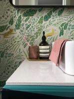 Liznylon_bathroom_reeded_glass_cup_and brass_tray