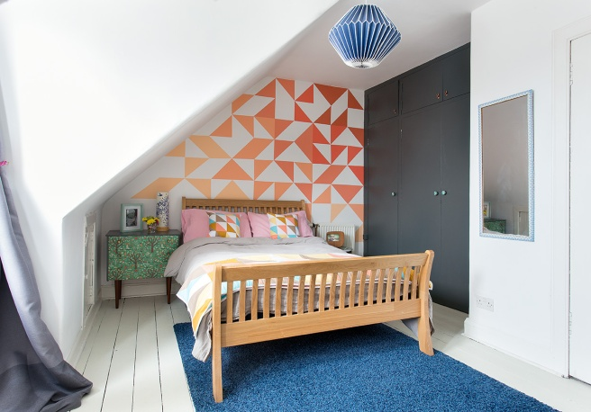 HappyRetroFurniture_Bedroom_with_wallmural