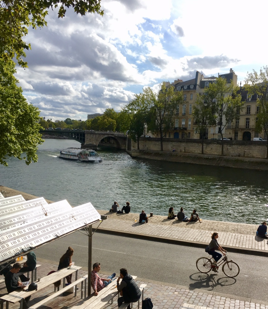 Liznylon_hits_Paris_along_the_seine