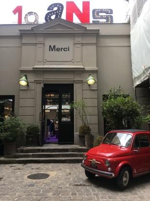 Liznylon_outside_Merci_design_shop_Paris