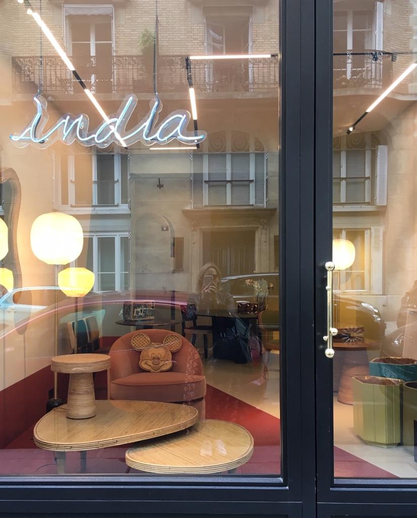 Liznylon_patiently_awaits_India_Mahdavi_Paris_to_open