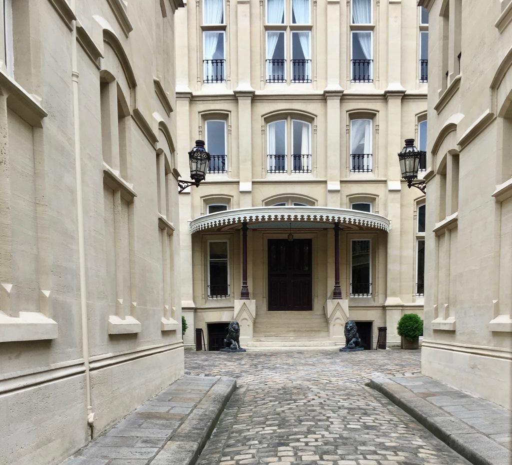 Liznylon_advises_enjoy_a_stroll_around_Saint_Germain