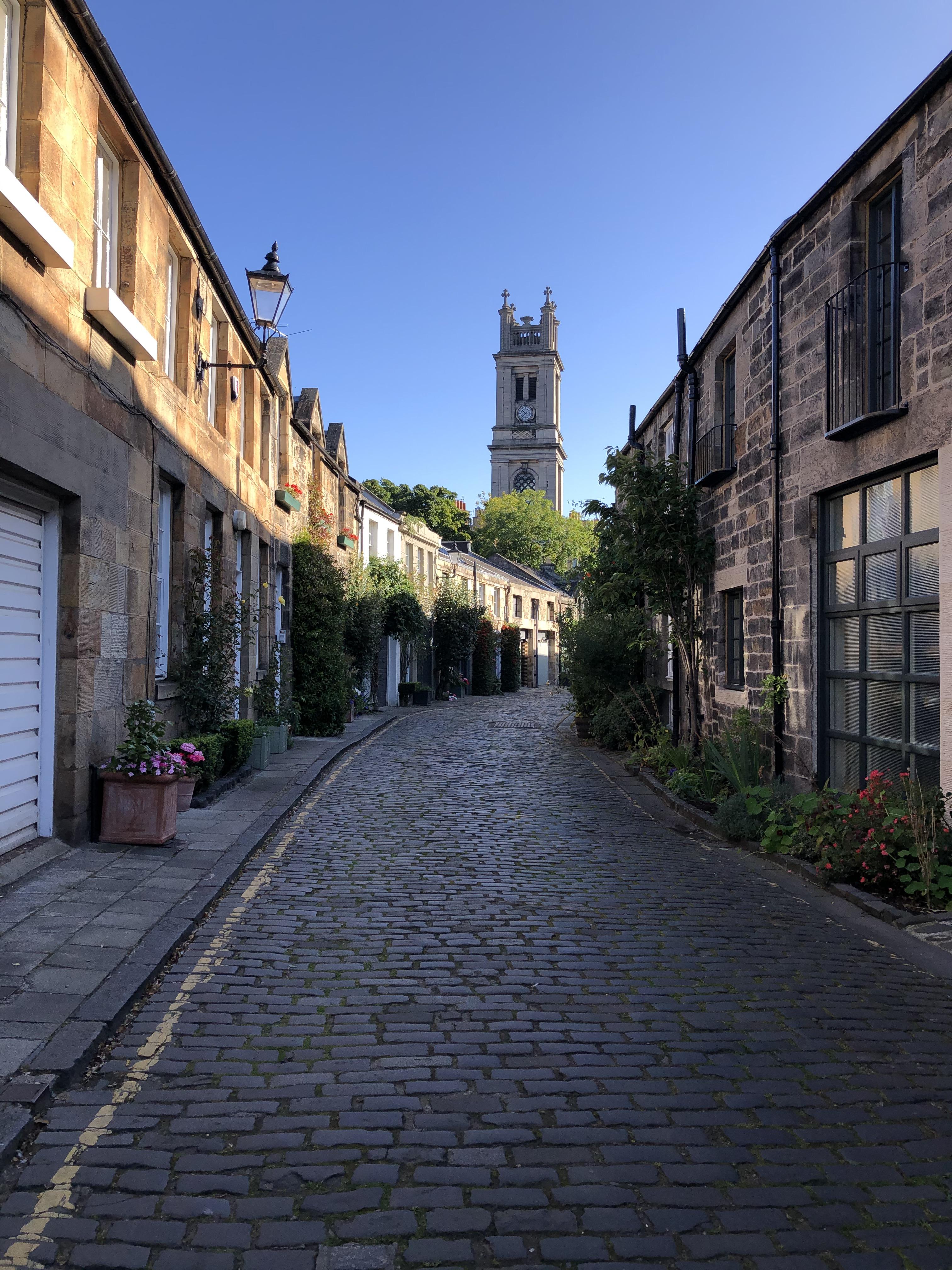 liznylon-around-edinburgh-charming-mews-street-circus-lane